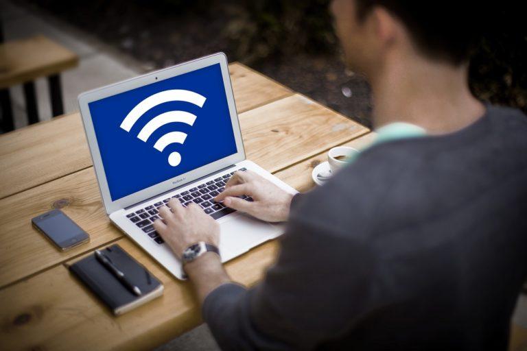מחשב מחובר לוויפי