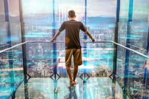 איש יורד במעלית